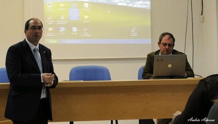 El alcalde, Juan Luis Morales, presenta al conferenciante, José María Gutiérrez.