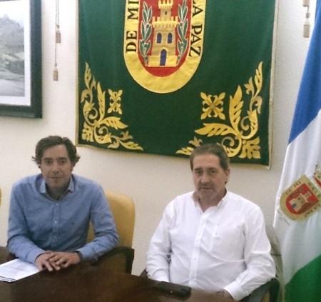 El concejal de Festejos, José Antonio Mulero, y el pregonero del Carnaval de Olvera de 2014, Carlos Barroso.