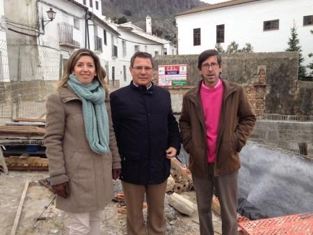 El diputado provincial Bernardo Villar, entre el alcalde, Juan María Mangana, y la primera teniente de alcalde, Ana Belén García Bohórquez.