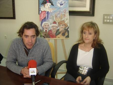 El concejal-delegado de Festejos del Ayuntamiento de Olvera, José Antonio Mulero, y la autora del cartel de Carnaval, Francisca Cabeza.