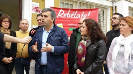 El coordinador provincial de IU, Manuel Cárdenas, con otros miembros de IU, en la entrada del edificio de la Mancomunidad de la Sierra, en Villamartín.