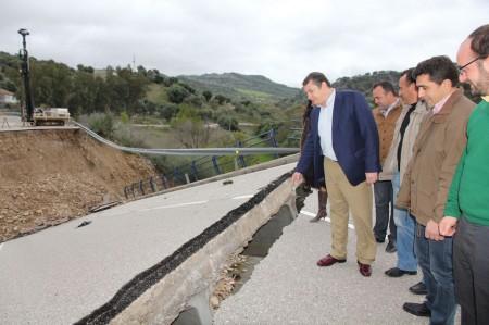 Antonio Sanz, con sus acompañantes, ante el derrumbe.