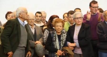Familiares de víctimas de la represión de la Sauceda y el Marrufo, al término de la proyección del documental.