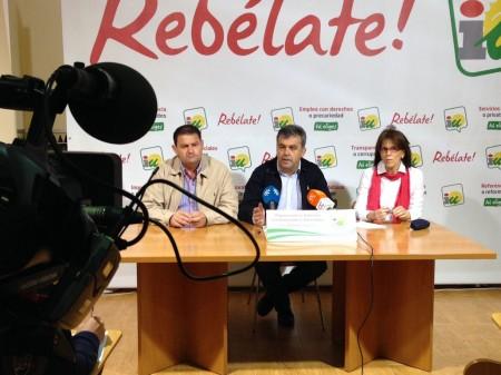 El coordinador provincial de IU, Manuel Cárdenas, entre Dolores Caballero (alcaldesa de Alcalá del Valle y presidenta de la Mancomunidad) y Pedro Romero (alcalde de Espera).