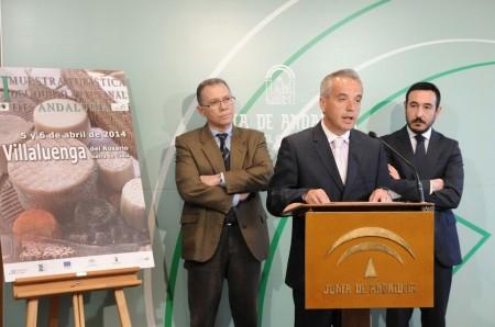 El alcalde de Villaluenga, Alfonso Moscoso, en la presentación del evento, junto al diputado provincial Eduardo Párraga y el subdelegado de la Junta.