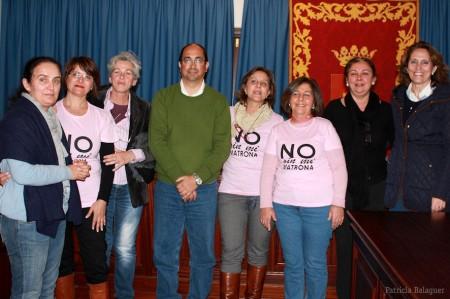 El alcalde de Villamartín, Juan Luis Morales, con componentes de Marea Rosa.