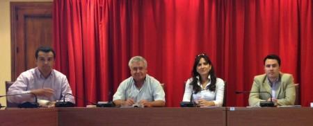 La alcaldesa, Inmaculada Gil, y los demás ediles asistentes al pleno, del que se ausentaron los concejales de la oposición.