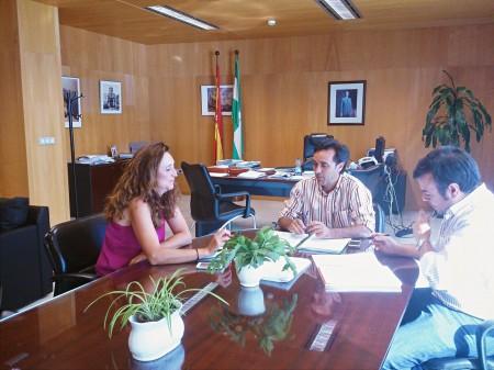 El delegado provincial de Economía, con los concejales socialistas de El Bosque.