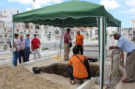 El arquólogo Jesús Román, en el centro, junto a la fosa común (Foto: Juan Luis Verdier).