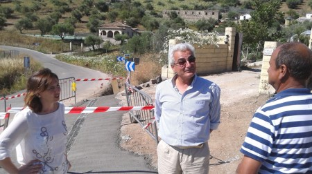 La alcaldesa de Algar, durante una visita a las obras de arreglo de caminos.
