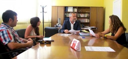 Reunión del presidente de la Mancomunidad de la Sierra, Juan Nieto, con concejales del PSOE y colaboradores en la recogida de firmas, celebrada en julio de 2014.