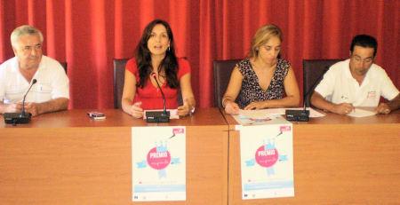 La alcaldesa de El Bosque, Inmaculada Gil, con otros ediles, en la presentación del premio.