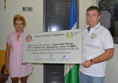 La olvereña María Díaz junto al concejal-delegado de Deportes en el Ayuntamiento de Olvera, Jacobo Camarero, durante el acto de entrega de las becas a los deportistas locales el pasado mes de julio.