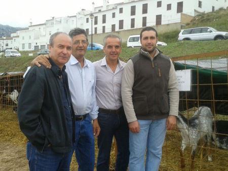Alfonso Moscoso –segundo por la derecha-, con Manuel Cabrera, portavoz del PSOE en Benaocaz; Cristóbal Yuste, presidente de la Asociación de la Oveja Merina de la Sierra; y el ganadero Antonio Venegas.