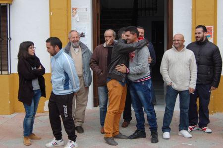 El alcalde de Puerto Serrano, abrazado tras el encierro.