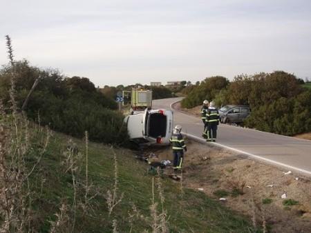 Los bomberos, ante los vehículos accidentados.