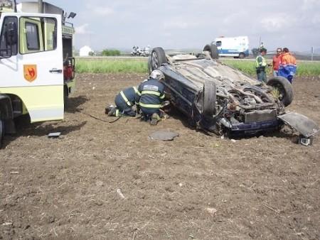 Los bomberos, en su intervención para rescatar al conductor.