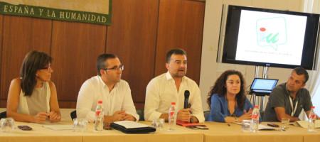 La alcaldesa de Alcalá del Valle, Lola Caballero, con otros alcaldes y el portavoz parlamentario, Antonio Maíllo, y la parlamentaria por Cádiz, Inmaculada Nieto.