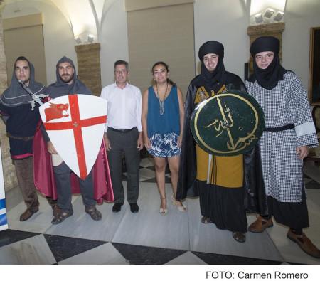 Participantes en la presentación de la fiesta de moros y cristianos de Benamahoma celebrada en la Diputación de Cádiz.