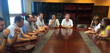 Los alcaldes de Alcalá del Valle, Bornos y Espera, junto con otros de IU del resto de la provincia, en una reunión reciente en la Delegación de Empleo.