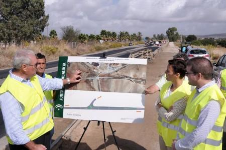 La delegada de Fomento, con técnicos y operarios en la obra de la carretera.