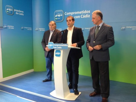Los representantes del PP Becerra, Saldaña y Navarro.