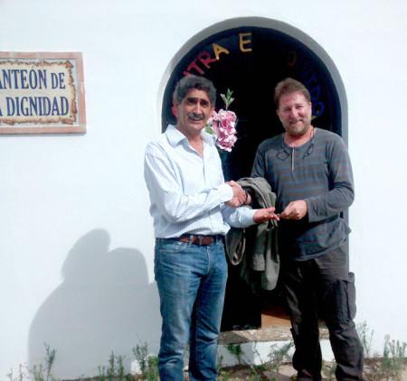 El presidente de la asociación de familiares de represaliados entrega la llave del Panteón de la Dignidad al alcalde de Cortes.