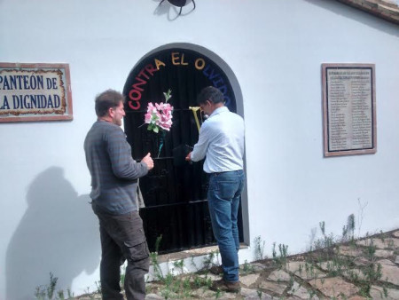 El alcalde de Cotes abre la puerta del Panteón de la Dignidad.