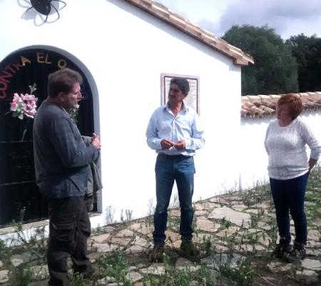 El presidente de Afresama explica al alcalde de Cortes las vicisitudes de la rehabilitación del cementerio de la Sauceda.