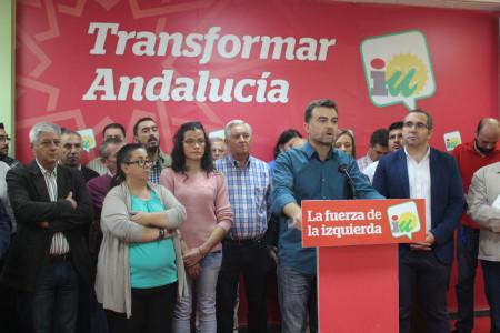 El coordinador de Izquierda Unida de Andalucía, Antonio Maíllo, con alcaldes de IU, en la rueda de prensa del 27 de octubre de 2015.