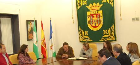 La presidenta de la Diputación, con el alcalde y concejales de Olvera.