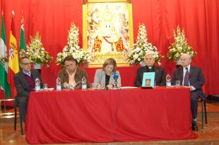Mesa presidencial en la presentación del libro.