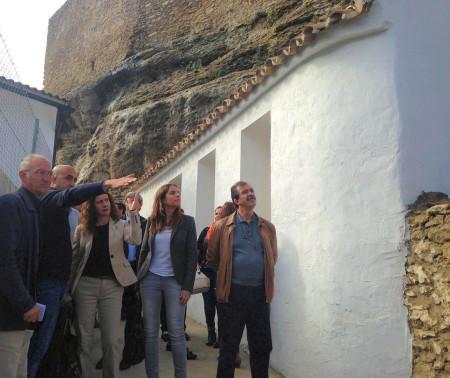Representantes políticos y técnicos, en la visita a la muralla de Setenil.