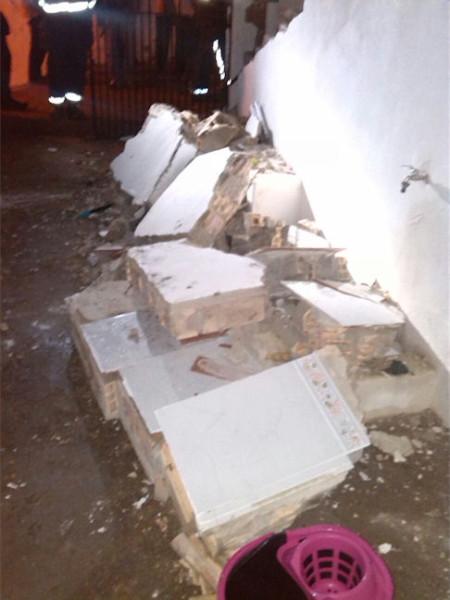 Muro destruido por la deflagración.
