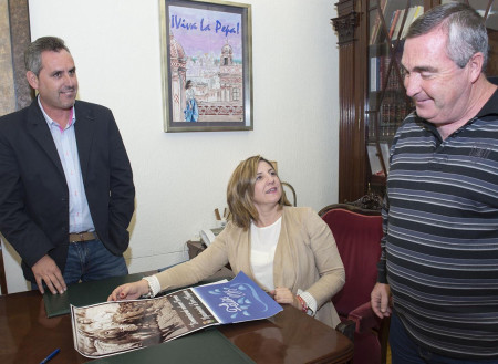 La presidenta de la Diputación de Cádiz, Irene García, muestra el almanaque al alcalde de Torre Alháquime, Pedro Barroso.