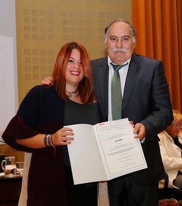 La alumna Lidia Mariscal recoge el premio de manos de José Ramón Becerra.