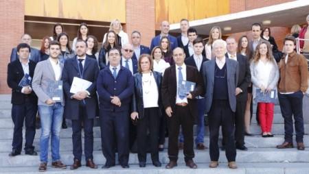 El rector, la presidenta del Consejo Social de la UPO, y los alcaldes y concejales de los municipios que integran el patronato de la Fundación, junto a los premiados (Foto: UPO).