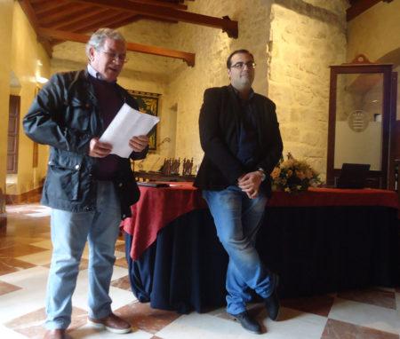 Jorge Garrido, durante su intervención, junto al alcalde.