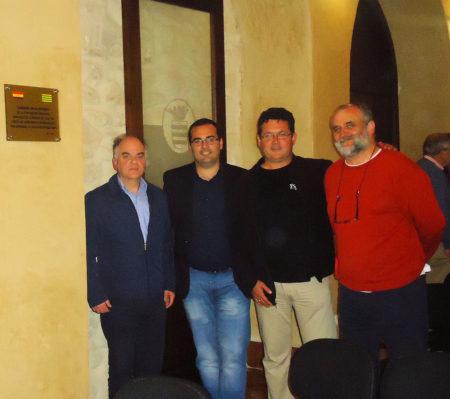 El historiador Fernando Sígler; el alcalde, Hugo Palomares; y los representantes del Foro por la Memoria del Campo de gibraltar, Arturo Ruiz Quintero y Juan León Moriche.