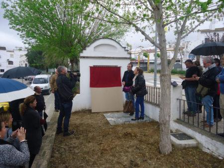 El alcalde de Bornos, Hugo PAlomares, se dispone a descubriar la placa en recuerdo de los fusilados en la avenida de San Jerónimo.