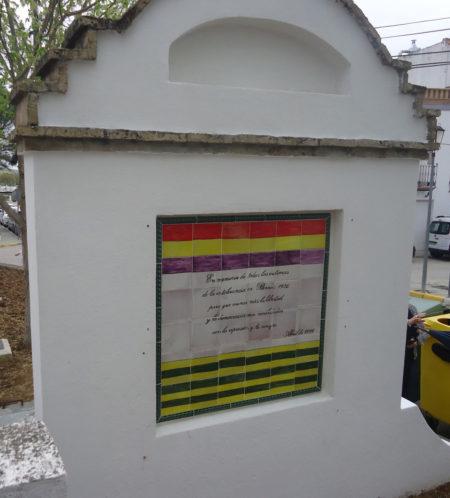 Monolito a las víctimas del franquismo, en la avenida de San jerónimo.