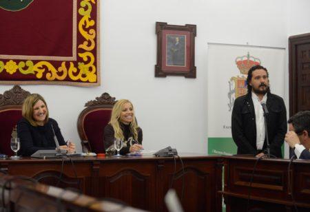 El alcalde de Medina Sidonia, Fernando Macías, da la bienvenida a los diputados provinciales.