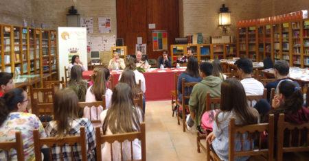 Autores locales leen sus poemas a alumnos del IES El Convento.