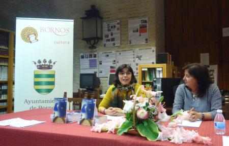 La autora de 'Olympia', Natalia Viaga, junto con la concejala de Cultura de Bornos, María José Lugo, en la presntación del libro.