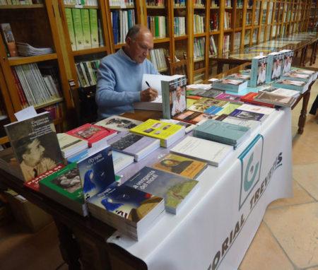 Rodríguez Carrión firma su libro, del que donó un ejemplar al IES El Convento y otro a la biblioteca municipal.