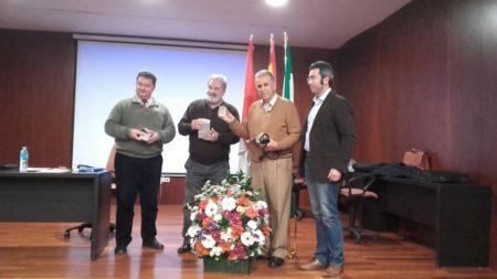 El concejal Antonio Acuña entrega un pisapapeles con el escudo de Algodonales a los conferenciantes (Foto Antonio Lara).