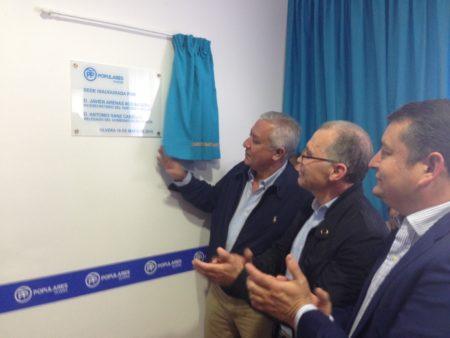 Javier Arenas, Antonio Sanz y Eduardo Párraga, en la inauguración de la nueva sede del PP de Olvera.