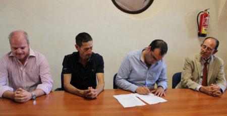 El alcalde, Hugo Palomares, firma el acta.