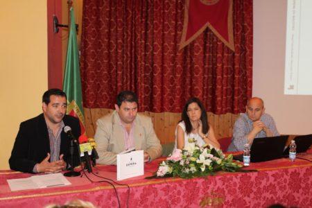 El diputado provincial de Cultura, Salvador Puerto; el alcalde de Espera, Pedro Romero; y los autores, Peoa Lozano y Manuel Garrucho.