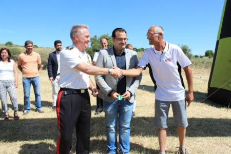 El alcalde de Bornos, Hugo Palomares, el subdelegado de Defensa, Joaquín T. González, y Francisco Sánchez, de la empresa organizadora, 'Lijarsur'.